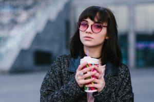 Mädchen mit Sonnenbrille und bunten Gläsern